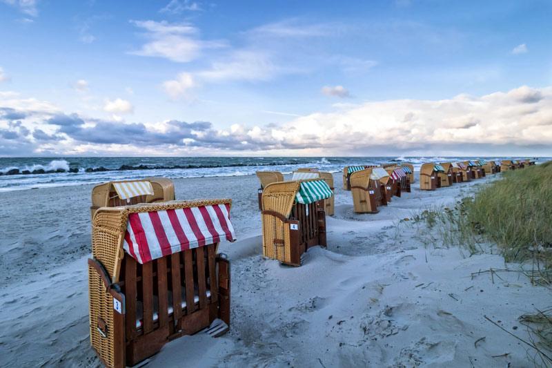 Strandkörbe im Sand